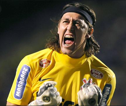 Cassio usando um uniforme amarelo comemorando resultado de derby paulista