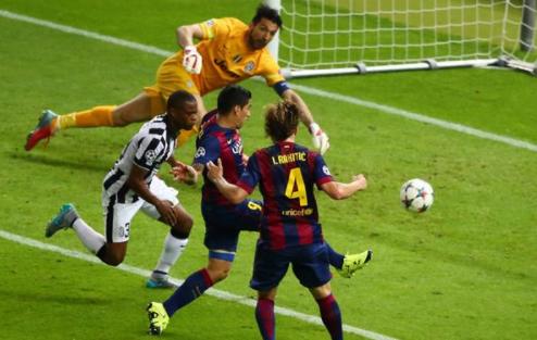 momento em que barcelona faz um gol no time da juventus durante uma das finais da champions league