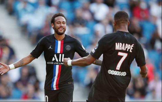 Neymar correndo para abraçar MBPPÉ após gol no PSG