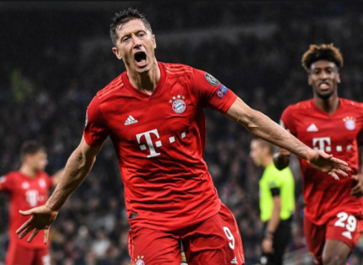 Robert Lewandovsky celebraclassificação para a final da champions league usando uniforme do Bayern de Munique