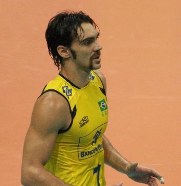 Giba usando uniforme amarelo da seleção brasileira de vôlei