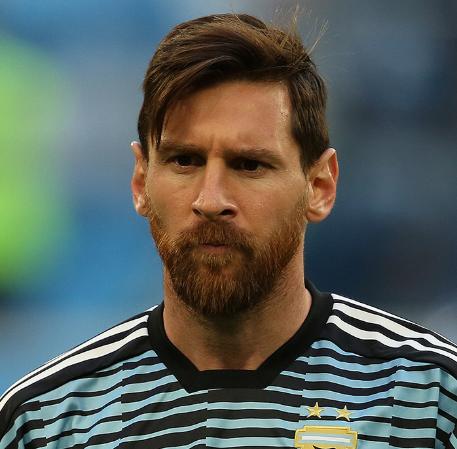 Lieonel Messi usando uniforme argentino preto e azul