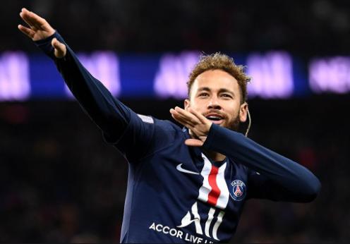Neymar usando o uniforme do PSG comemorando gol durante partida
