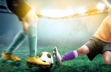 imagem de dois jogadores de futebol disputando uma bola durante partida