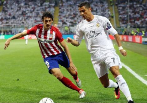 Cristiano Ronaldo, usando uniforme do Real Madrid, correndo com a bola pela lateral