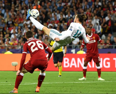 Garreth Bale, usando uniforme branco, tentando chute bicicleta em uma das finais da champions league