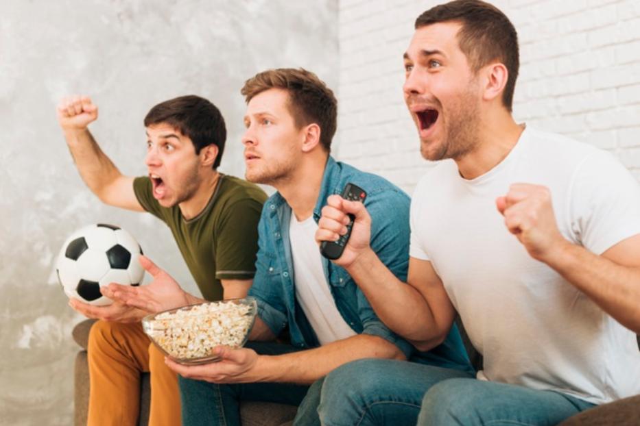 imagem de homens comemorando durante partido visto através de um site de esporte