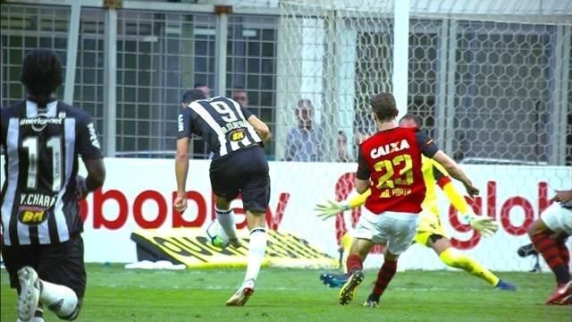 Atleta do Atlético Mineiro chuta bola em direção ao gol do sport durante partida