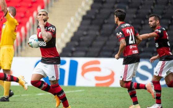 Atletas do Flamengo celebram gol nos minutos finais durante partida contra o Botafogo