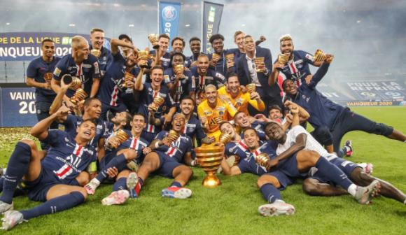time do PSG comemorando vitória no campeonato francês