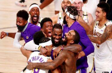 time dos los angeles lakers se abraça após vitória na NBA