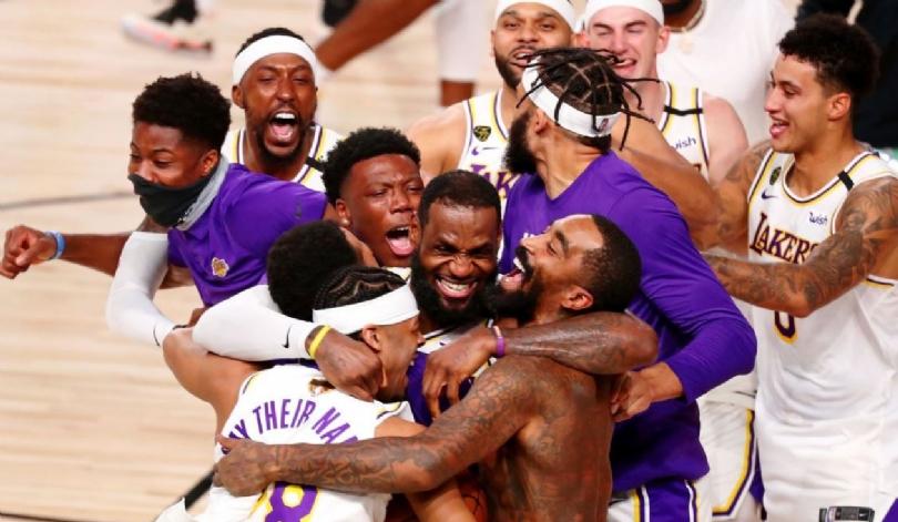 time dos los angeles lakers se abraçam em comemorando a vitória na temporada 2002 da NBA