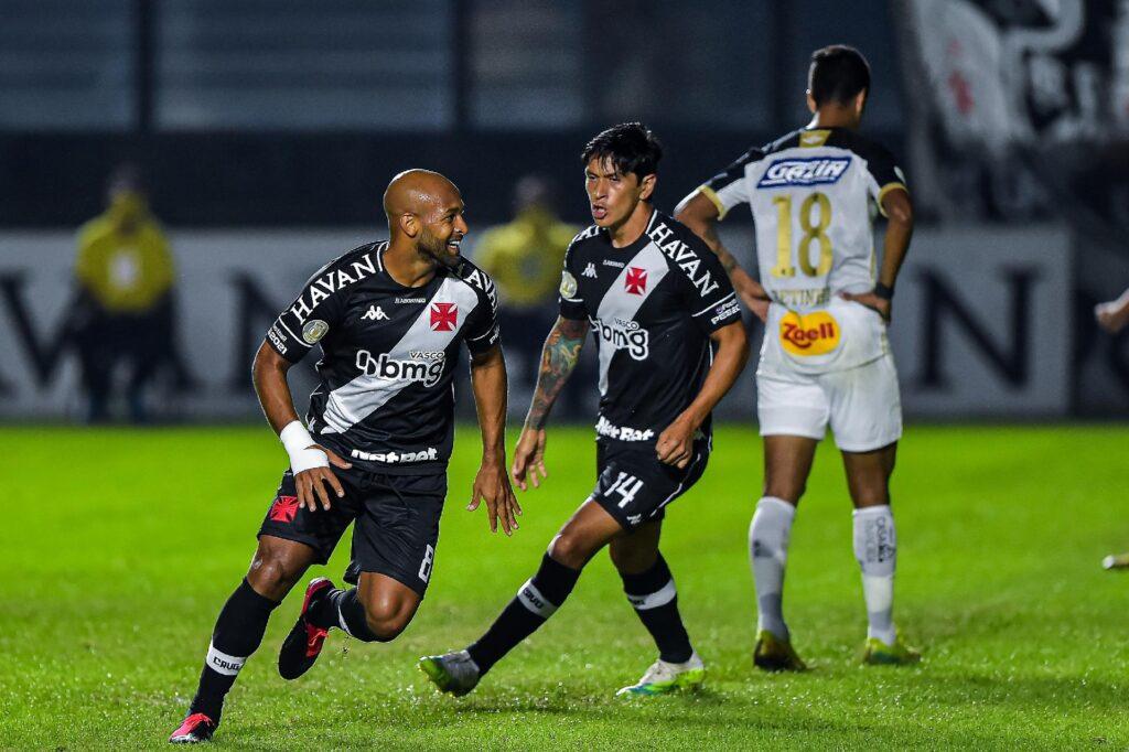 Atletas do Vasco usando uniforme preto comemoram vitória durante partida