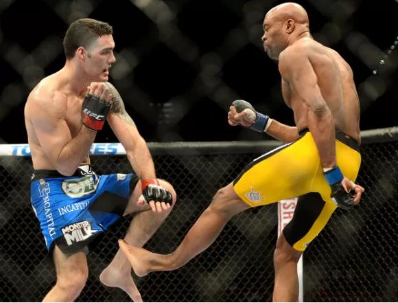 foto de anderson silva quebrando perna durante luta contra chris weidman
