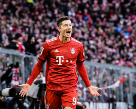 Imagem de Robert Lewandovsky usando uniforme vermelho no Bayern de Munique correndo e comemorando um gol