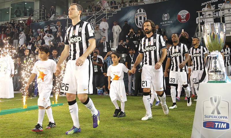 delegação do Juventus entrando em campo acompanhados de crianças