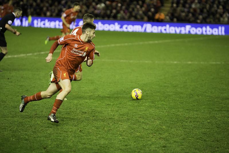 atletas do liverpool correm em direção à bola durante partida