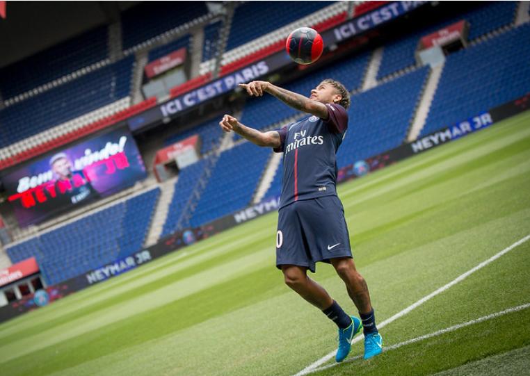 Neymar dominando bola no peito dentro de campo do PSG