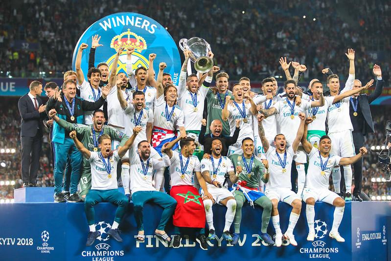 equipe do Real Madrid erguendo taça da UEFA Champions League