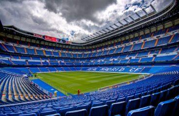 estádio de futebol com arquibancadca nas cores azul e branca