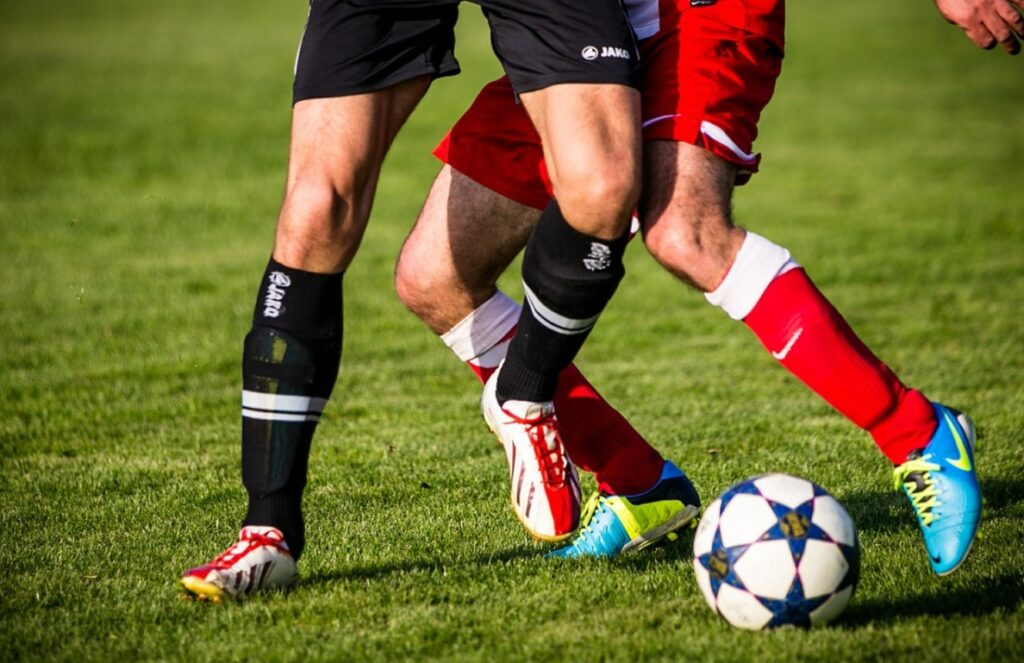 close nas pernas dos jogadores disputando uma jogada