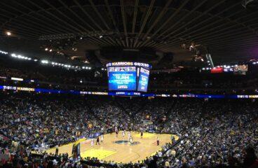 imagem de quadra de basquete lotada vista da arquibancada