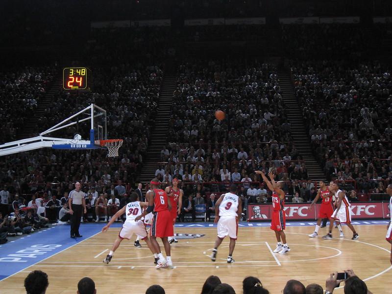 imagem de arremesso de 3 pontos durante jogo de basquete