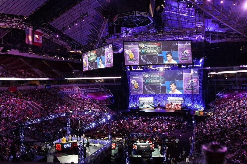 imagem de arena lotada em campeonato de eSports