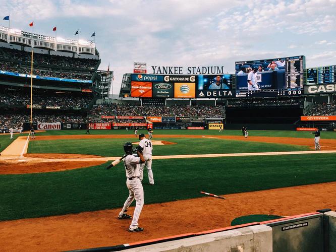 Jogadores no estádio Yankee disputando a Liga Americana de Beisebol