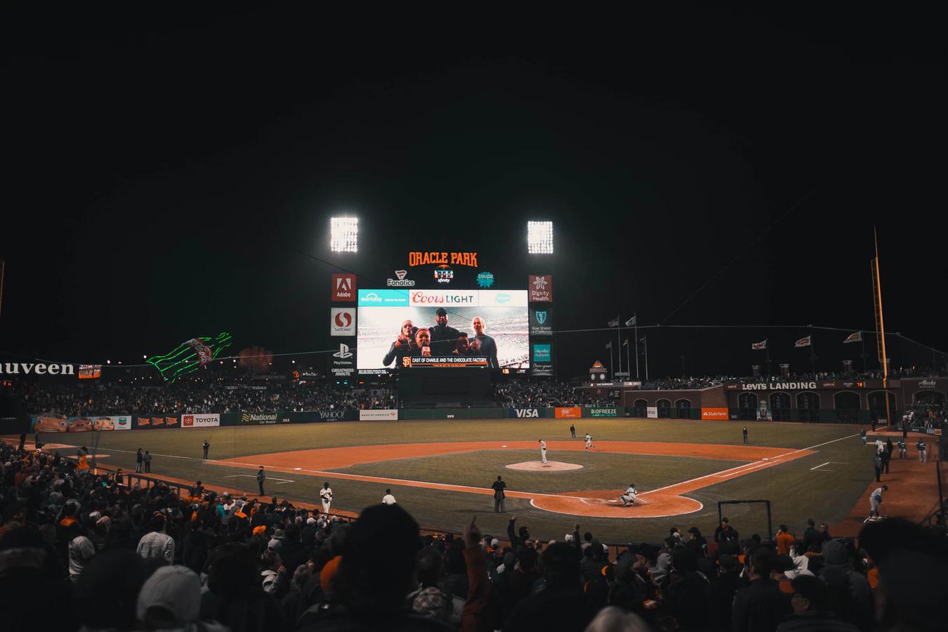 Estádio Oracle Park à noite durante a Liga Americana de Beisebol