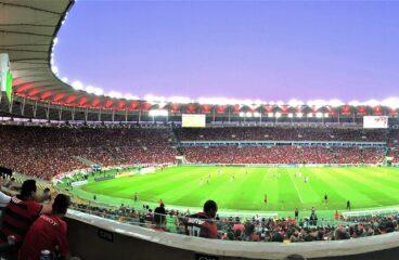 estádio de futebol iluminado durante a noite