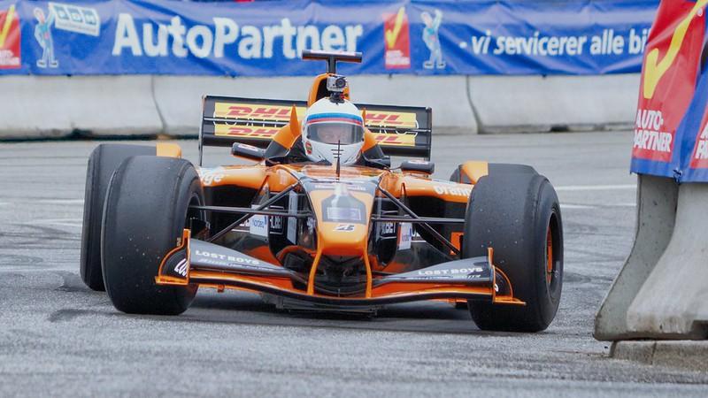 frente de carro de fórmula 1 laranja dentro da pista