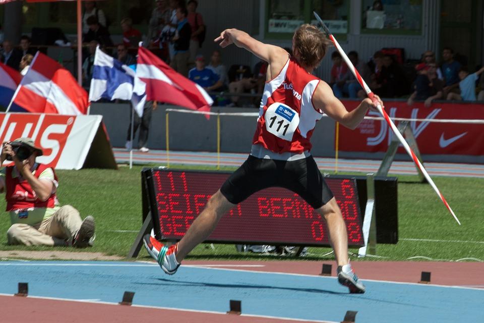 atleta arremessando dardo