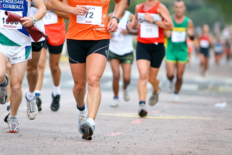 imagem das pernas de maratonistas correndo