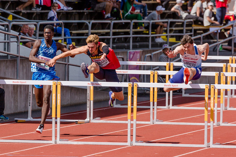 corredores saltando sobre barreiras