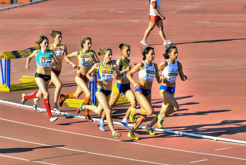 grupo de mulheres durante prova de 500 metros rasos