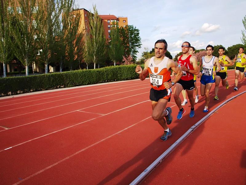grupo de corredores durante prova de 1000 metros rasos