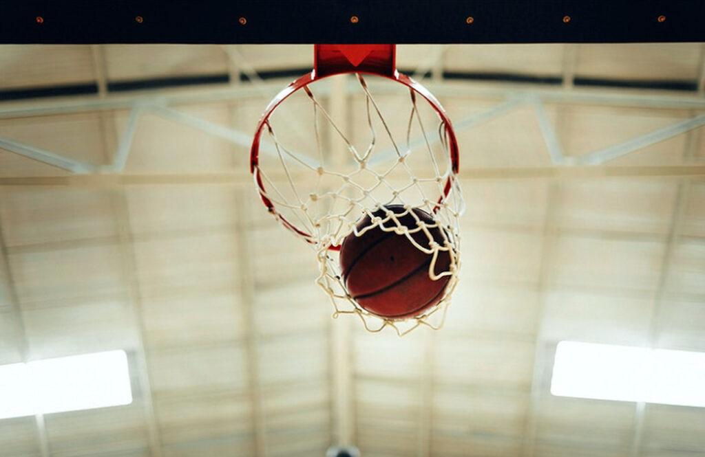 bola de basquete dentro de uma cesta
