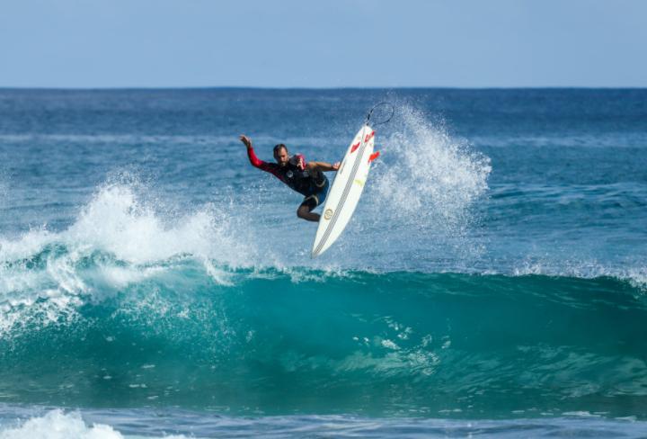 surfista fazendo manobra na onda do mar