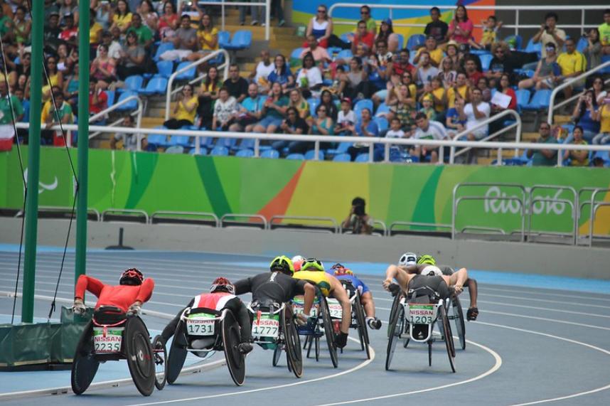 pessoas de cadeira de rodas em competição de velocidade
