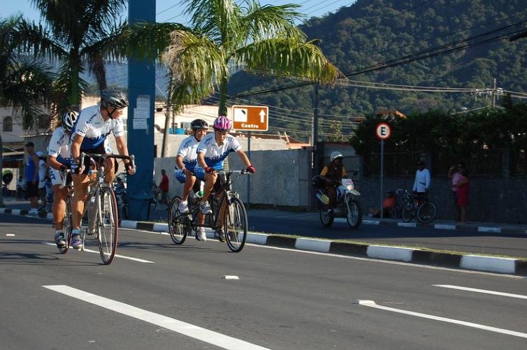 ciclistas em rua de cidade treinando