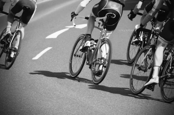 imagem ampliada da parte inferior das bicicletas de ciclistas em competição