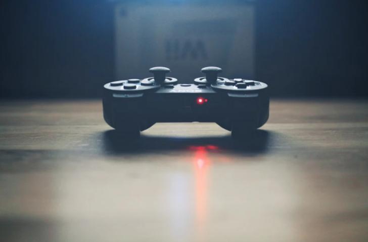 Controlador de jogo sobre superfície plana.