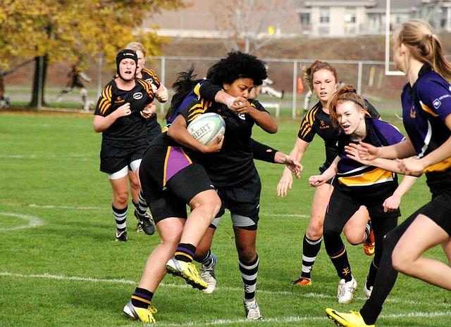 jogadoras de rugby disputando a bola do esporte